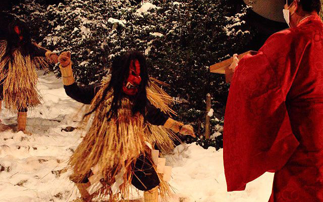 Offering of Goma-mochi to the Namahage